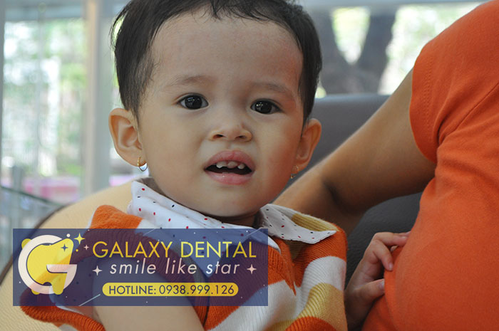 https://galaxydental.vn/img/galaxy-dental-tre-em-bi-nga-gay-rang%2002.jpg